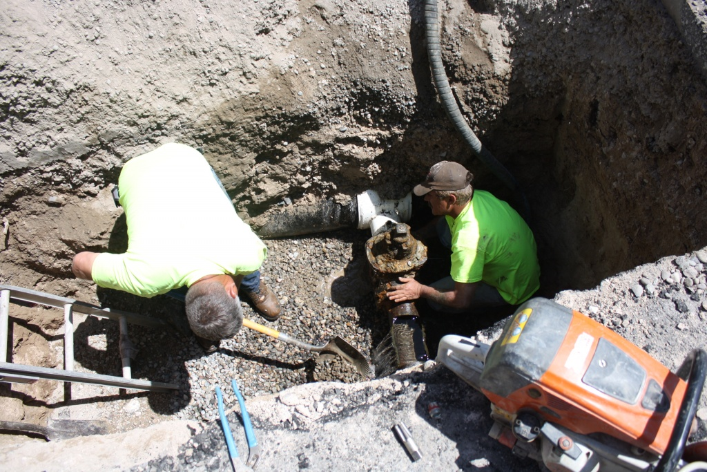 Contractor Viper Underground was hired by the city to replace a defective water line valve on North 8th West. Workers are pictured as they attempted to remove the old valve. (Ernie Over photo)
