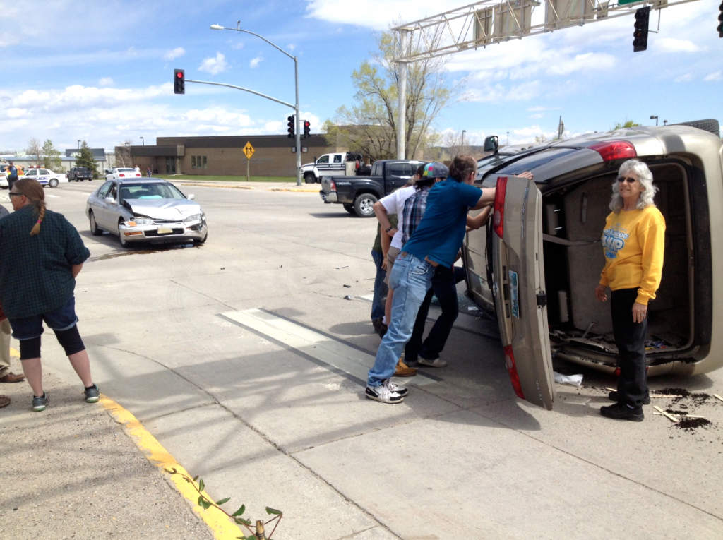 Onlookers rushed to the scene to keep the van from rolling on its top. (eo)