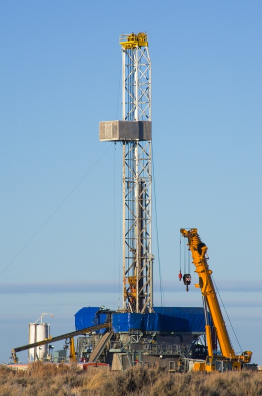Drill rig set up for winter drilling in Wyoming. (Tom Grundy/Shutterstock)